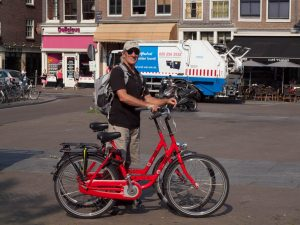 Was machen in Amsterdam? Holland, klein Venedig mit dem Rad. What to do in Amsterdam in 2 days? A Bicycle Tour. This belongs to the craziest things to do in Amsterdam City Center!
