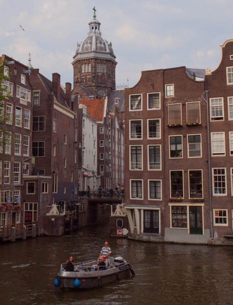 Amsterdam Grachtenfahrt kleines Boot. Grachtenfahrt Amsterdam vor Ort buchen. Holland klein Venedig. Holland, Venedig des Nordens,
