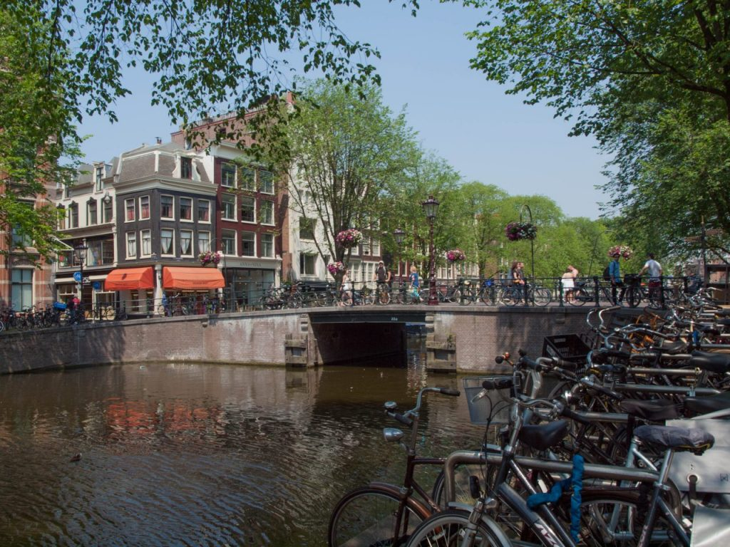 Amsterdam, Venedig des Nordens. Mit dem Fahrrad durch Amsterdam. | Visiting Amsterdam in March. Cheap things to do in Amsterdam.