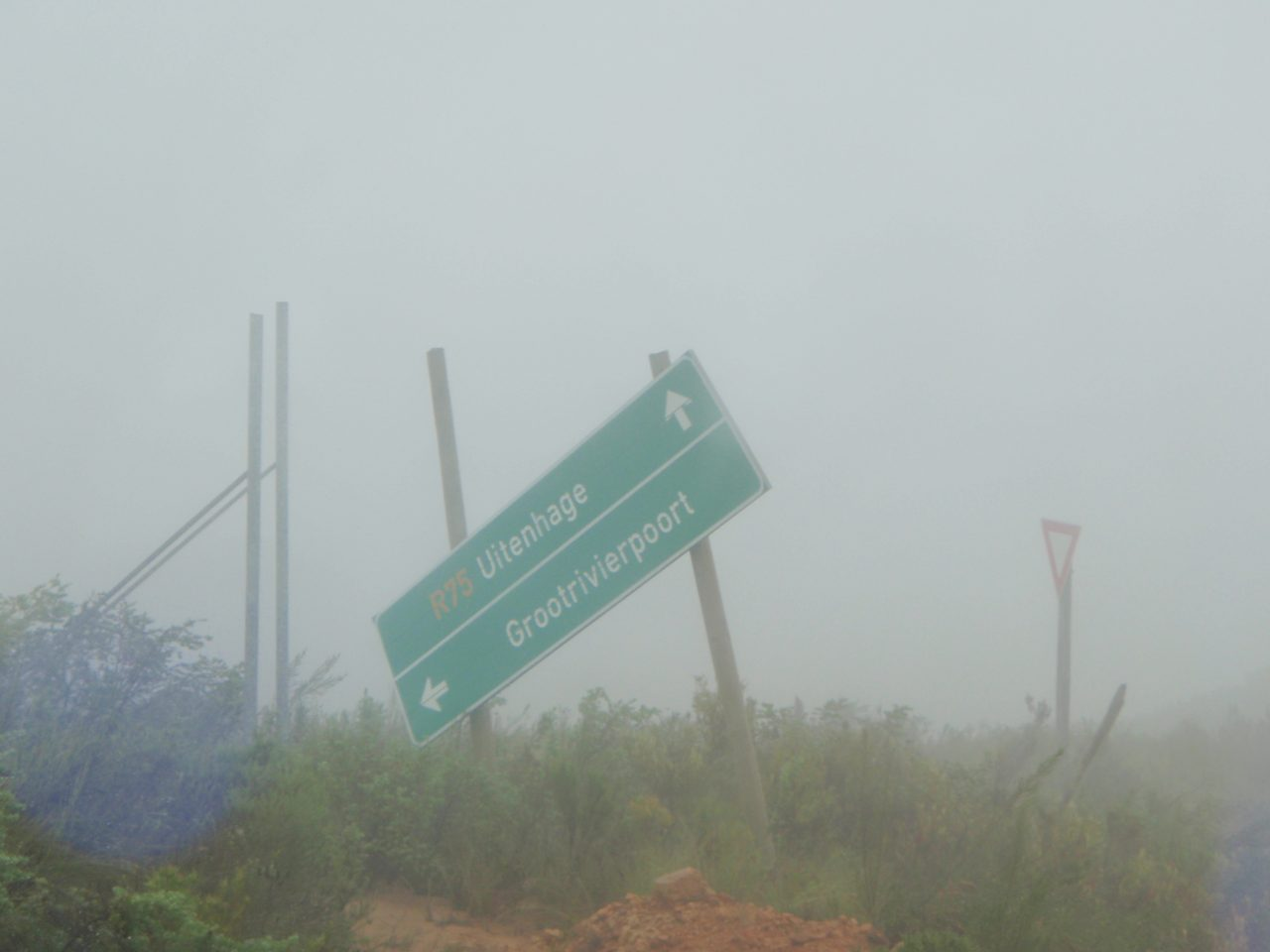 Schild im Nebel