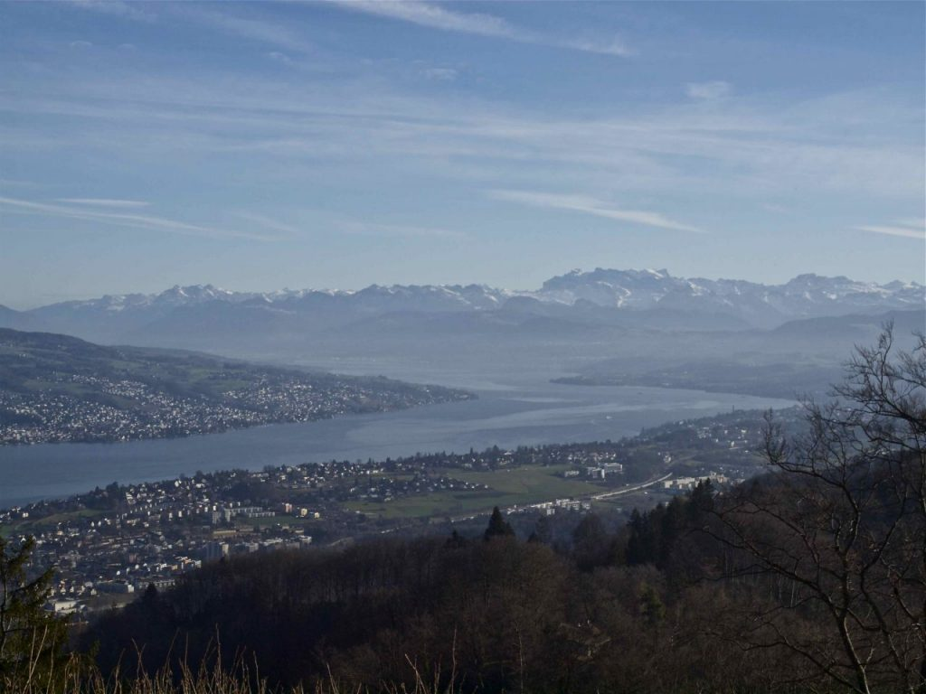 Swiss insider tips for a visit of Zürich Switzerland on a budget. Enjoy a city trip to Zürich at Lake Zürich in the foothills of the Swiss Alps.