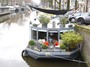 holland klein venedig. hausboot in amsterdam.